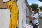 L'artista Núria Martí Ninot pinta un mural col·laboratiu amb l'Escola Alta Segarra i el Casal del Poble