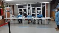 Personal al punt de votació amb els EPI's de seguretat