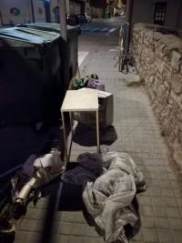 Diversos mobles abandonats a la via pública durant el confinament