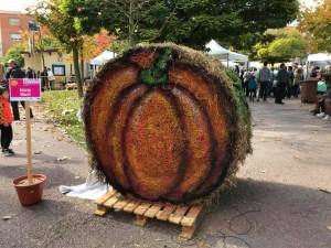 Alguns artistes locals van sorprendre amb creacions fetes amb bales de palla, representant una carbassa