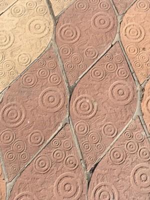 Peces de l'enrajolat de la plaça dels Arbres amb què s'inspira l'obra