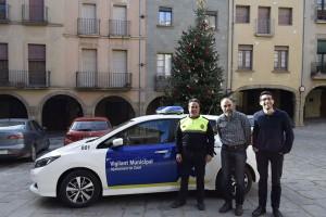 Vigilant, alcalde i tècnic de Medi Ambient amb el nou cotxe elèctric de Calaf