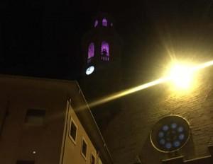 Campanar de Calaf il·luminat de lila
