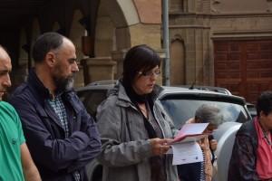Núria València ha llegit el manifest, a costat de l'alcalde Jordi Badia