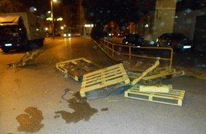 Escultura presó Calaf destrossada al mig de la carretera