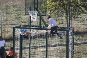 Joves amb actituds incíviques a la pista multiesportiva de Calaf