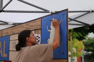 Artista local, Núria Martí, començant a pintar el mural commemoratiu de l'agermanament entre les dues viles