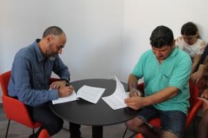 La família ha signat el contracte del lloguer social