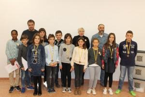 Foto família amb el Consell d'Infants, els 4 membres sortints, Alcalde, Regidora i representants de l'escola.