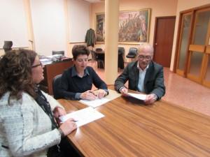 Signatura del conveni amb APINAS