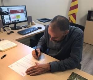 Jordi Badia, alcalde de Calaf, firmant el decret d'alcaldia que dóna suport al referèndum de l'1-O