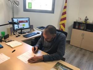 L'alcalde de Calaf, Jordi Badia, signant el decret d'alcaldia a favor del referèndum d'autodeterminació de Catalunya