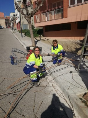 L'Alícia i la Laura realitzant tasques de jardineria - Programa Treball i formació Calaf 2020