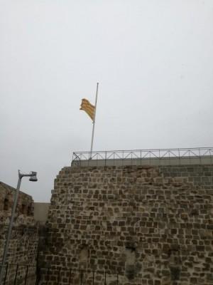 Bandera a mig pal al Castell de Calaf amb motiu del dol oficial per les víctimes del Covid-19