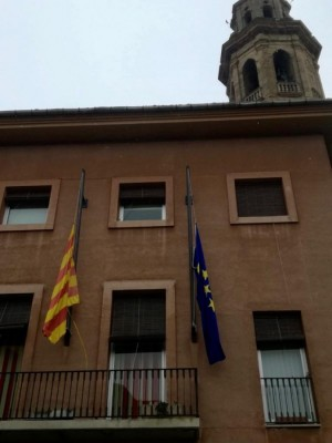 Banderes a mitja asta a Calaf pel amb motiu de dol per les víctimes del Covid-19