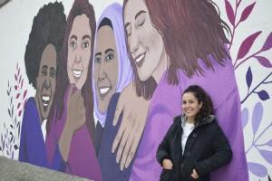 La il·lustradora Marta Vellvehí davant del mural