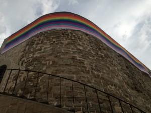 Hissada de la bandera irisada al Castell de Calaf