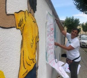 Núria Martí Ninot pintant el mural a l'Escola Alta Segarra