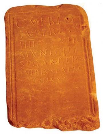 Làpida del segle I amb la inscripció Municipi Sigarrens que es conserva al museu municipal Josep Castellà Real dels Plats de Rei.