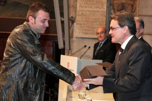 Roger Huguet recollint el guardó de mans d'Artur Mas - Foto: Rubén Moreno