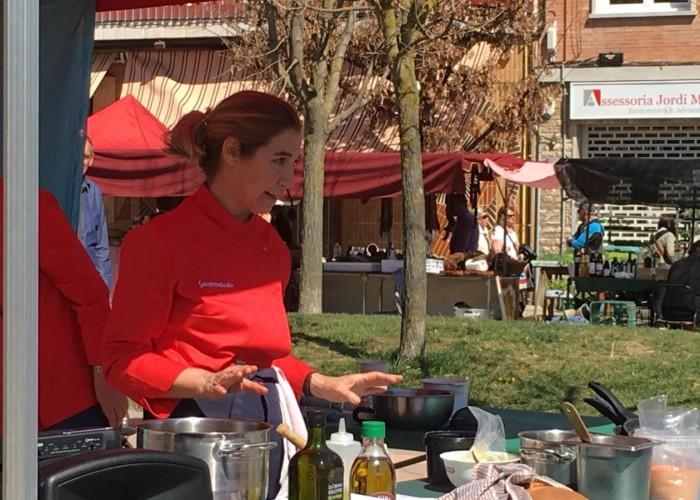 Ada Parellada realitza una demostració culinària al Mercat de Calaf