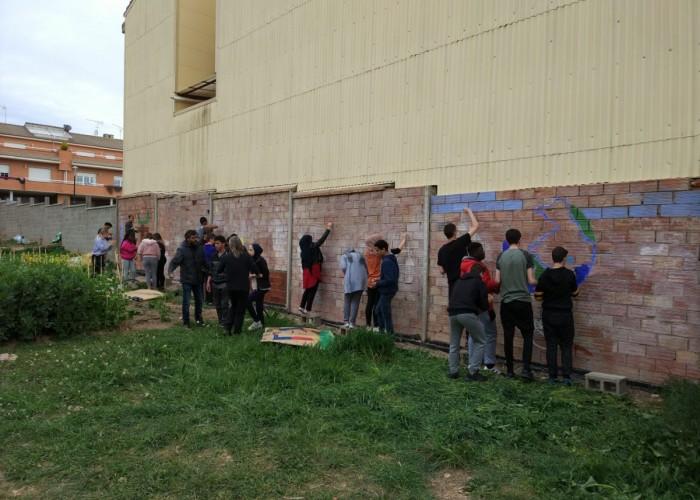 Els alumnes de 4t d'ESO de l'institut fan ecomurals als horts urbans